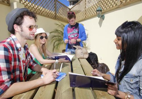 Gli studenti in Pausa nella terrazza