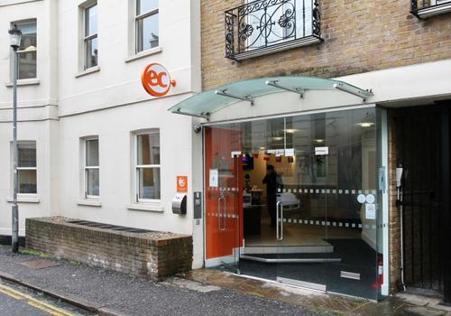 EC Brighton - L'esterno della scuola