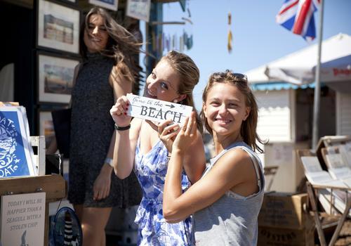 Studenti alla spiaggia di Brighton