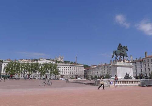 Lyon blue - French language school