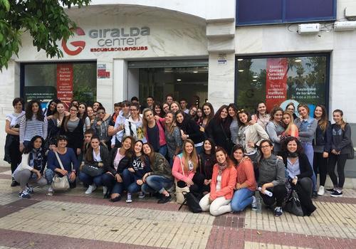 Foto di gruppo di fronte alla scuola